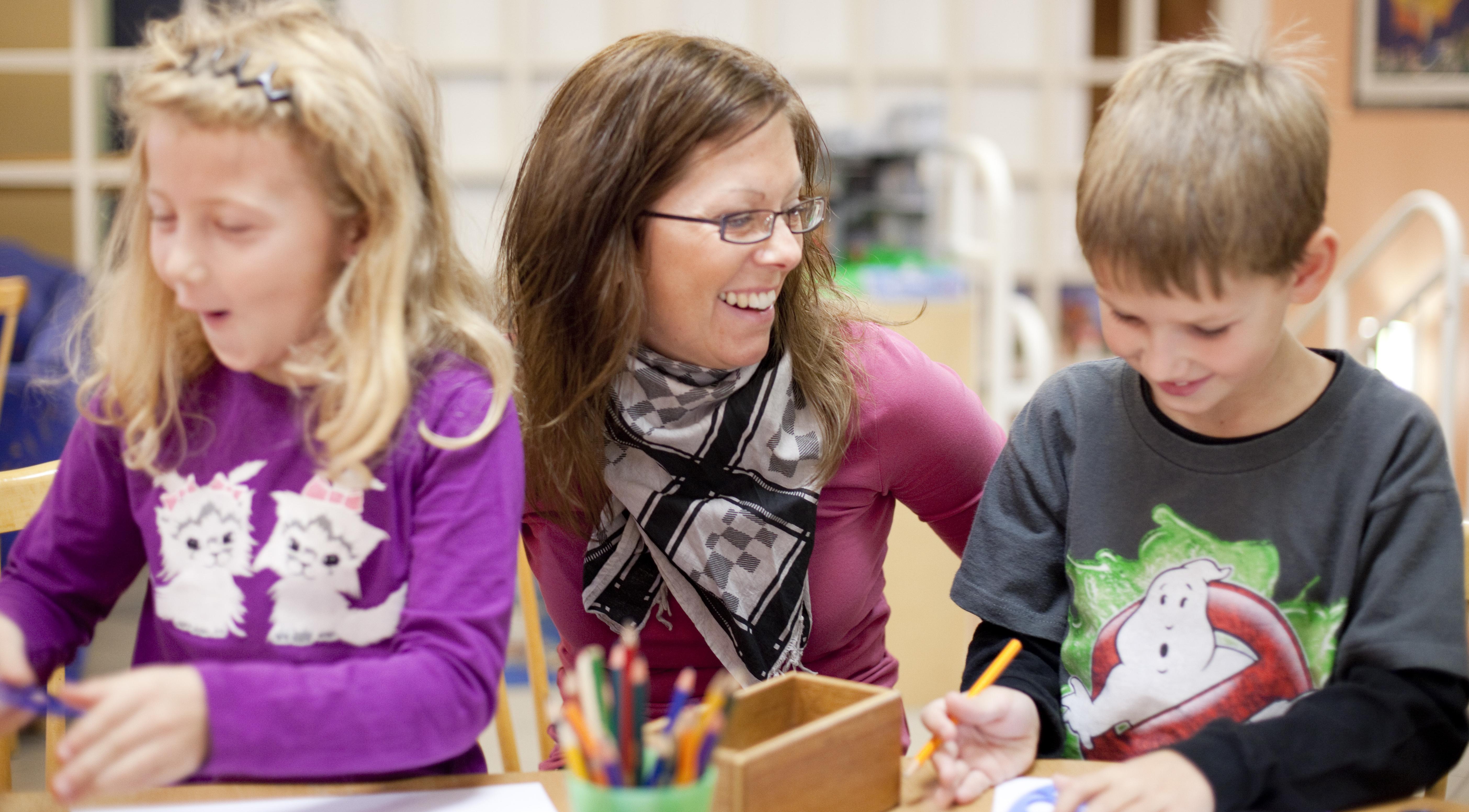 Lärare med två barn.